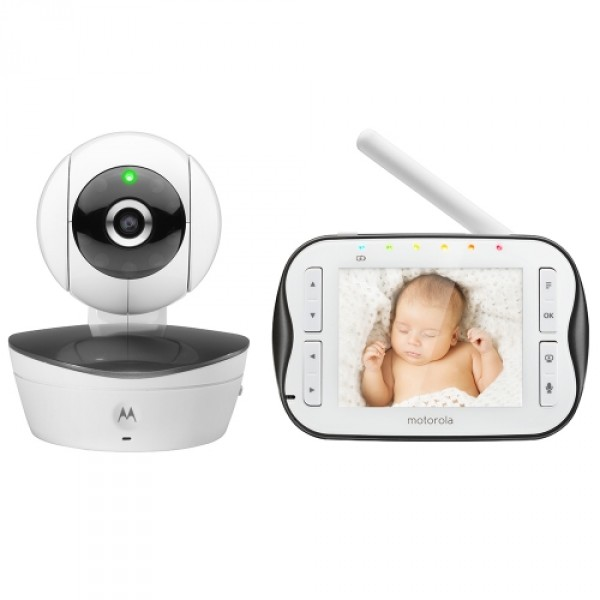 Видеоняня Motorola MBP43SВидеоняня Motorola MBP43S с экраном 3,5 дюйма отличается большим, до 300 метров, радиусом передачи видеосигнала, улучшенным удобным дизайном и большим набором полезных функций. Высокое разрешение видеоняни позволяет передавать видео высокого качества, которую можно приблизить, используя функции Zoom, чтобы рассмотреть нужные детали. Цифровая видеоняня Motorola MBP43S даёт возможность дистанционно общаться с ребёнком с помощью двусторонней связи, а также успокоить его, включив воспроизведение колыбельных.<br><br>К одному родительскому блоку можно подключить до 4-х независимых камер и одновременно отслеживать все цифровые картинки на одном экране. Что очень удобно для семей, в которых несколько маленьких детей. Кроме того, есть возможность удалёно, с приёмного устройства, можно разворачивать любую из подключенных камер, меняя угол наклона на более удобный. Видеоняня Motorola MBP43S автоматически переходит в режим ночной съёмки при наступлении темноты, включая светодиодную подсветку. Это позволяет обеспечить круглосуточное видеоконтроль за малышами.<br>
