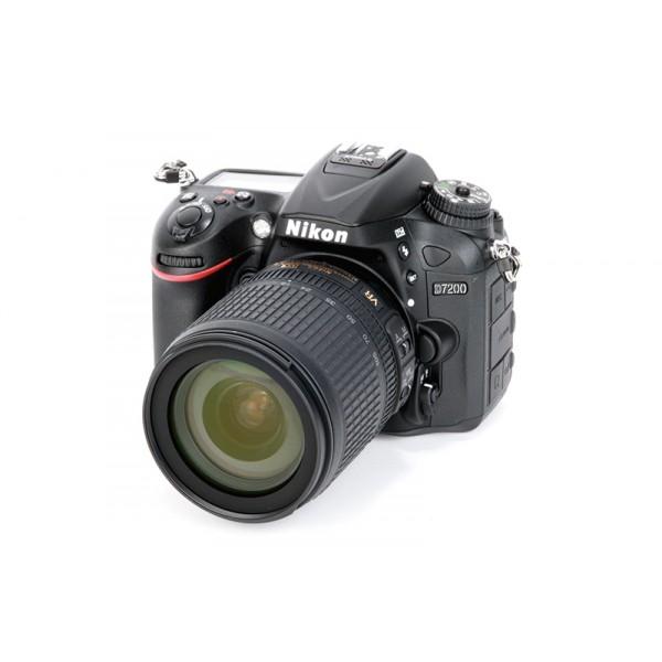 Фотоаппарат Nikon D7200 kit 18-55 Af-P VR зеркальныйСовершенствуйте искусство фотографии с инновационной фотокамерой Nikon D7200. Эта цифровая зеркальная фотокамера формата DX гарантирует получение превосходных резких изображений и видео в отличном качестве, а также предоставляет все возможности для связи. Эта универсальная модель с быстрым откликом превосходит любые ожидания.<br><br>D7200 — само совершенство. Оснащенная такой же системой автофокусировки, которая используется и в легендарных профессиональных фотокамерах Nikon, эта модель способна обеспечить точный «захват» объекта вплоть до ?3 EV. Специальное меню с настройками видео и расширенные настройки управления звуком предоставляют широкие возможности для съемки. Откройте новые творческие горизонты благодаря возможности создавать фотографии со световым следом и выполнять плавную цейтраферную видеосъемку. Используйте с фотокамерой объективы NIKKOR, чтобы запечатлеть мельчайшие детали. Встроенная поддержка технологий Wi-Fi и NFC упрощает передачу незабываемых снимков.<br><br>Вес кг: 0.70000000