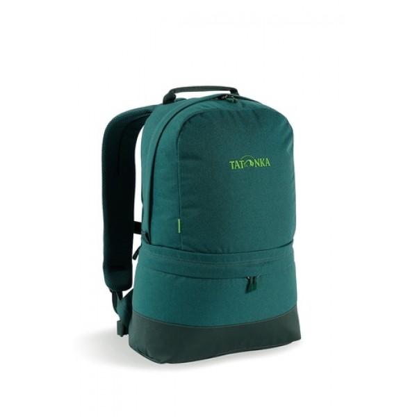 Рюкзак Tatonka Hiker Bag 21 classic greenСовременный городской рюкзак в стиле ретро. Оснащен системой подвески Padded Back с S-образными лямками, обтянутыми сеточкой AirMesh и дном из прочного материала Cordura. Внутри имеется съемное промежуточное дно, позволяющее разделить рюкзак на два отделения. Кожаные аппликации придают рюкзаку неповторимый облик.<br><br>Повеска Padded Back<br>S-образные плечевые ремни, обтянутые сеточкой AirMesh.<br>Съемное промежуточное дно.<br>Кожаные аппликации.<br>Дно из прочного материала Cordura 700 Den<br>Съемный поясной ремень.<br><br>Вес кг: 0.70000000