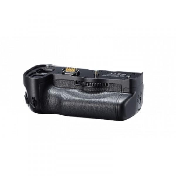 Батарейный блок Pentax D-BG6 для K-1Батарейный отсек-рукоятка D-BG6 - это аксессуар, существенно повышающий эргономику камеры. Батарейный блок является логичным продолжением камеры, значительно повышает удобство ее удержания и сбалансированность, особенно если вы используете тяжелый объектив. D-BG6 дублирует все основные оперативные органы управления фотоаппаратом (кнопка спуска, рычажок репетира диафрагмы-включения камеры, кнопка блокировки замера AE, кнопка AF, кнопка ввода чувствительности ISO, экспокоррекции, два дисковых селектора и зеленая кнопка управления гиперпрограмными-гиперручными режимами) и позволяет с одинаковым удобством снимать как горизонтальные, так и вертикальные кадры.<br><br>В блок может устанавливаться либо дополнительный аккумулятор D-Li90, либо комплект элементов популярного типоразмера АА (6 штук), для чего в комплект поставки входят два соответствующих вкладыша. При этом нет необходимости извлекать аккумулятор из самой камеры: основной и дополнительный источник питания работают в паре.<br><br>Для того, чтобы при установке блока не потерялась крышечка контактной группы батарейного блока и резиновая заглушка ответного разъема на камере, для них предусмотрены специальные места хранения, а вкладыш для литий-ионного аккумулятора позволяет хранить еще и дополнительную карту памяти.<br><br>Как и камера, блок надежно защищен от попадания влаги и пыли.<br>