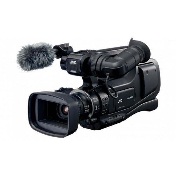 Видеокамера JVC GY-HM70 Видеокамера JVC GY-HM70GY-HM70E это профессиональный наплечный камкордер с исключительным результатом записи изображения в условиях низкой освещенности, что делает его идеальным решением для видеографов, работающих на свадьбах и особых мероприятиях. Предоставляя наилучшую стабилизацию изображения, будучи оснащенным новыми функциями, гарантирующим высокое качество съемки, камкордер обеспечивает высокую детализация каждого ценного момента.<br><br>Съемка профессионального уровня обеспечивается динамичным 16-кратным объективом F1,2 и высокоскоростной записи до 250 FPS. Также возможна интервальная запись с шагом от 1 до 80 секунд, обеспечивающая превосходную светочувствительность и прекрасные результаты при записи свадеб и других общественных мероприятий, на которых невозможно дополнительное освещение. Использование технологии Super LoLux еще больше улучшает качества изображения и помогает точно запечатлеть цвет внутри помещений или в условиях низкой освещенности. Встроенный выступающий GT-объектив 29,5 мм специально разработан для обеспечения оптимальных результатов с 1/2,3-дюймовым 12-мегапиксельным CMOS-сенсором с задней подсветкой, добиваясь высокого разрешения, высокой светочувствительности и прекрасного воспроизведение цветов.<br><br>GY-HM70 также является первой камерой, обладающей слотами для двух аккумуляторов, позволяющими пользователям незаметно переключаться с одного на другой без остановки. Данная передовая технология постоянного, непрерывного питания камеры с помощью аккумуляторов выделяет GY-HM70E камеру среди прочих.<br><br>Основные характеристики<br><br><br>Высокоскоростная запись до 250 FPS<br><br>Комфортная посадка на плечо<br><br>Объектив F1,2 для отличной записи изображения при низкой освещенности (до 1 lux)<br><br>16-кратный динамический zoom<br><br>Уникальная система для крепления одновременно двух аккумуляторов для продления времени съемки<br><br>Разрешение Full HD CMOS с 1920x1080/50p, 1080/50i и опциями записи на карту SD