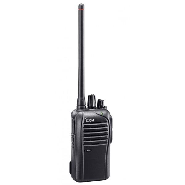 Радиостанция ICOM IC-F3103D портативнаяIcom IC-F3103D — портативная станция частотного диапазона VHF от японского производителя ICOM с пыле- влагозащитой корпуса класса IP54, прочности по стандарту MIL-STD 810. Не имеет дисплея и предназначена для эксплуатации в сложных условиях, подразумевающих возможность падения и другие механические воздействия, высокую влажность, широкий диапазон рабочих температур.<br><br>Радиостанция Icom IC-F3103D имеет две программируемые кнопки, кнопку PTT, удобные ручки регулировки громкости и выбора одного из 16 каналов, благодаря простоте конструкции и компоновки не требует специальной подготовки для использования. Большая PTT-кнопка сделана скрытой, не скользящей, допускающей работу даже в перчатках. Большой 45-миллиметровый динамик обеспечивает звук, мощностью до 800 мВт благодаря встроенному усилителю, а цифровая модуляция существенно улучшает ясность и отчетливость получаемого голосового сигнала.<br><br>Icom IC-F3103D может быть скомплектована тремя типами аккумуляторов и чехлом. Безотказная работа рации гарантируется при использовании литий-ионного аккумулятора BP-265 1900 мАч или литий-металлгидридного BP-264 1400 мАч в течение 12 и 17.5 часов соответственно.<br><br>При повороте ручки канала, рация голосом объявляет номер выбранного канала. В условиях, когда надо быстро принимать решения, голосовое подтверждение номера канала может сэкономить время, потому что теперь нет необходимости смотреть на рацию при изменении настроек. Вместе с тем яркий трехцветный LED-дисплей отображает режим работы: красный - передача, зеленый - прослушивание, оранжевый - низкий заряд батареи и др.<br><br>Icom IC-F3103D поддерживает цифровую систему связи IDAS (АйДАС), использующую общий радиоинтерфейс для всех видов радиопередающих устройств.<br><br>Вес кг: 0.35000000