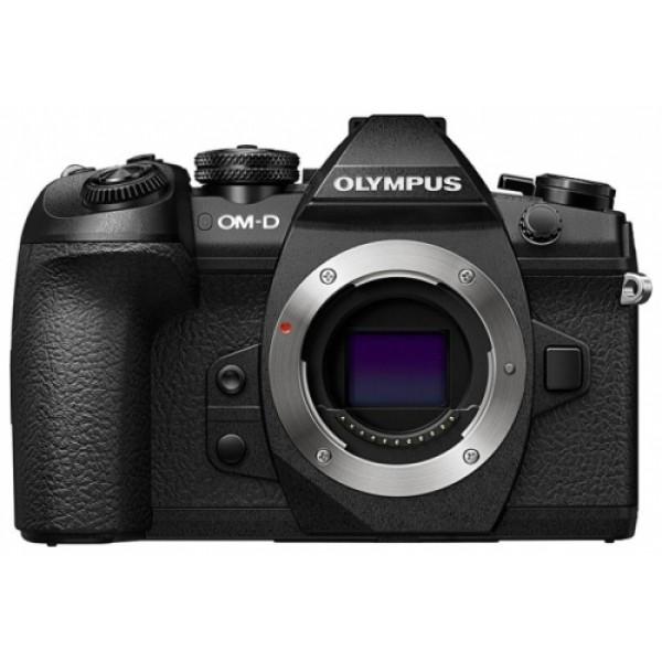 Фотоаппарат Olympus OM-D E-M1 Mark II Body Black со сменной оптикойОсновные характеристики камеры OM-D E-M1 Mark II выглядят как идеальный список функций, о которых мечтает каждый фотограф: она отвечает требованиям серьезных фотографов в каждой области фотографии – в дикой природе, при документальной съемке, в путешествиях. Все это с высочайшей производительностью, мобильностью и качеством изображения. Это самая быстрая камера в категории камер со сменной оптикой с невероятной скоростью серийной съемки и новейшей системой гибридной фокусировки. В беззвучном режиме при использовании следящего автофокуса OM-D E-M1 Mark II делает 20.4-мегапиксельные снимки в формате RAW со скоростью 18 кадров в секунду. Благодаря режиму Live View и настраиваемым элементам управления, камера идеально подходит для съемки быстро движущихся объектов и в условиях недостаточной освещенности. Если функция AE заблокирована, количество кадров в секунду повышается до 60 fps. Инновационный режим Pro Capture в OM-D E-M1 Mark II устраняет задержку срабатывания затвора: камера сделает 18 кадров при полунажатии на кнопку спуска до полного нажатия. Пока другие камеры упускают идеальный момент, OM-D E-M1 Mark II предлагает пользователю несколько снимков для выбора лучшего изображения. Такие возможности (а также съемка видео в формате 4K/C4K) появились благодаря новейшему графическому процессору TruePic VIII, 20-мегапиксельному сенсору Live MOS в сочетании со знаменитым встроенным 5-осевым стабилизатором изображения и линейкой PRO-объективов M.ZUIKO, которые охватывают весь диапазон фокусных расстояний. Диапазон чувствительности ISO по сравнению с предыдущими моделями был улучшен на один стоп, что увеличивает динамический диапазон матрицы и выводит OM-D E-M1 Mark II на более высокий уровень. Двойной слот для SD-карт, один из которых совместим с UHS-II, прямой вывод 4:2:2 через HDMI, значительно улучшенная производительность аккумулятора – все это, помимо компактности и многочисленных функций, делает кам