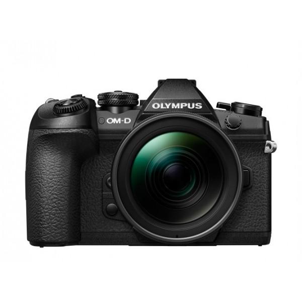 Фотоаппарат Olympus OM-D E-M1 Mark II Kit (EZ-M1240) Black со сменной оптикойОсновные характеристики камеры OM-D E-M1 Mark II выглядят как идеальный список функций, о которых мечтает каждый фотограф: она отвечает требованиям серьезных фотографов в каждой области фотографии – в дикой природе, при документальной съемке, в путешествиях. Все это с высочайшей производительностью, мобильностью и качеством изображения. Это самая быстрая камера в категории камер со сменной оптикой с невероятной скоростью серийной съемки и новейшей системой гибридной фокусировки. В беззвучном режиме при использовании следящего автофокуса OM-D E-M1 Mark II делает 20.4-мегапиксельные снимки в формате RAW со скоростью 18 кадров в секунду. Благодаря режиму Live View и настраиваемым элементам управления, камера идеально подходит для съемки быстро движущихся объектов и в условиях недостаточной освещенности. Если функция AE заблокирована, количество кадров в секунду повышается до 60 fps. Инновационный режим Pro Capture в OM-D E-M1 Mark II устраняет задержку срабатывания затвора: камера сделает 18 кадров при полунажатии на кнопку спуска до полного нажатия. Пока другие камеры упускают идеальный момент, OM-D E-M1 Mark II предлагает пользователю несколько снимков для выбора лучшего изображения. Такие возможности (а также съемка видео в формате 4K/C4K) появились благодаря новейшему графическому процессору TruePic VIII, 20-мегапиксельному сенсору Live MOS в сочетании со знаменитым встроенным 5-осевым стабилизатором изображения и линейкой PRO-объективов M.ZUIKO, которые охватывают весь диапазон фокусных расстояний. Диапазон чувствительности ISO по сравнению с предыдущими моделями был улучшен на один стоп, что увеличивает динамический диапазон матрицы и выводит OM-D E-M1 Mark II на более высокий уровень. Двойной слот для SD-карт, один из которых совместим с UHS-II, прямой вывод 4:2:2 через HDMI, значительно улучшенная производительность аккумулятора – все это, помимо компактности и многочисленных функций, 