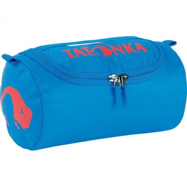 Косметичка Tatonka Care Barrel bright blueМини версия популярной сумки Barrel в прочной ткани Tarpaulin не оставит равнодушным любителя путешествий. Сумочка компактная, но достаточно вместительная.<br><br><br>Ручка для переноски<br><br>Внутренний сетчатый карман<br><br>Просторное внутреннее отделение<br><br>Съемное небьющееся зеркальце<br><br>Водонепроницаемая ткань<br><br>Два бегунка на молнии<br><br>Крючок<br><br>Вес кг: 0.20000000