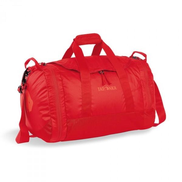 Сумка Tatonka Travel Duffle L redСумка Travel Duffle легко складывается в свой боковой карман, становится плоской и таким образом она компактно размещается в любом багаже. Сумка оснащена прочными ручками в центральной части и длинной ручкой на плечо. По бокам расположены два просторных кармана. При своем объеме в 55 литров сумка достаточно легкая (720г), но при это чрезвычайно прочная.<br><br><br>Съемная ручка через плечо<br><br>Боковые ручки<br><br>Во внутренней части - карман на молнии<br><br>Два боковых кармана на молнии<br><br>Крючок для ключей в боковом кармане<br><br>Возможность компактно сложить сумку<br><br>Размер в сложенном виде 34x35x8 см<br><br>Вес кг: 0.80000000