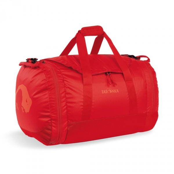 Сумка Tatonka Travel Duffle M redСумка Trevl Duffle легко складывается в свой боковой карман, становится плоской и таким образом она компактно размещается в любом багаже. Сумка оснащена прочными ручками в центральной части и длинной ручкой на плечо. По бокам расположены два просторных кармана. При своем объеме в 45 литров сумка достаточно легкая (680г), но при это чрезвычайно прочная.<br><br><br>Съемная ручка через плечо<br><br>Боковые ручки<br><br>Во внутренней части - карман на молнии<br><br>Два боковых кармана на молнии<br><br>Крючок для ключей в боковом кармане<br><br>Возможность компактно сложить сумку<br><br>Размер в сложенном виде 32x33x7 см<br><br>Вес кг: 0.70000000