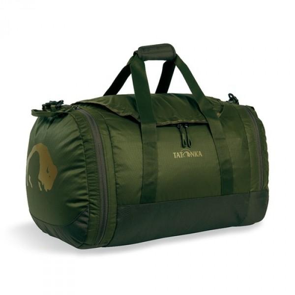 Сумка Tatonka Travel Duffle M oliveСумка Trevl Duffle легко складывается в свой боковой карман, становится плоской и таким образом она компактно размещается в любом багаже. Сумка оснащена прочными ручками в центральной части и длинной ручкой на плечо. По бокам расположены два просторных кармана. При своем объеме в 45 литров сумка достаточно легкая (680г), но при это чрезвычайно прочная.<br><br><br>Съемная ручка через плечо<br><br>Боковые ручки<br><br>Во внутренней части - карман на молнии<br><br>Два боковых кармана на молнии<br><br>Крючок для ключей в боковом кармане<br><br>Возможность компактно сложить сумку<br><br>Размер в сложенном виде 32x33x7 см<br><br>Вес кг: 0.70000000