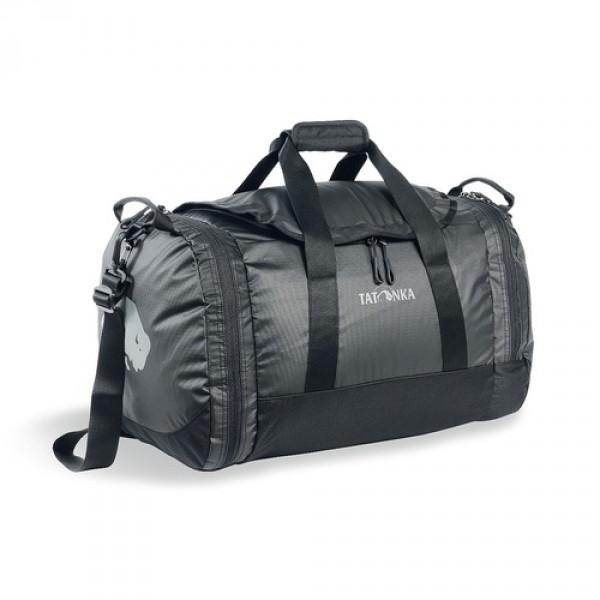 Сумка Tatonka Travel Duffle S blackСумка Trevl Duffle легко складывается в свой боковой карман, становится плоской и таким образом она компактно размещается в любом багаже. Сумка оснащена прочными ручками в центральной части и длинной ручкой на плечо. По бокам расположены два просторных кармана. При своем объеме в 35 литров сумка достаточно легкая (600г), но при это чрезвычайно прочная.<br><br><br>Съемная ручка через плечо<br><br>Боковые ручки<br><br>Во внутренней части - карман на молнии<br><br>Два боковых кармана на молнии<br><br>Крючок для ключей в боковом кармане<br><br>Возможность компактно сложить сумку<br><br>Размер в сложенном виде 28x30x6 см<br><br>Вес кг: 0.60000000