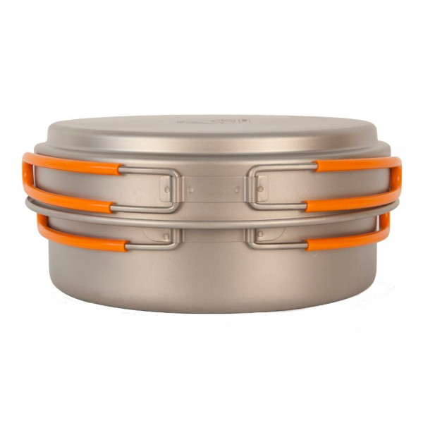Кастрюля NZ TS-016 0,95л титановаяЛегкая кастрюля из титана с крышкой-сковородкой. Экологичность, минимальный вес и высокая прочность материала. Складные ручки покрыты огнеупорным силиконом. Совместимость по размеру со многими наборами посуды. Яркий и удобный чехол на затяжке.<br><br>Вес кг: 0.20000000