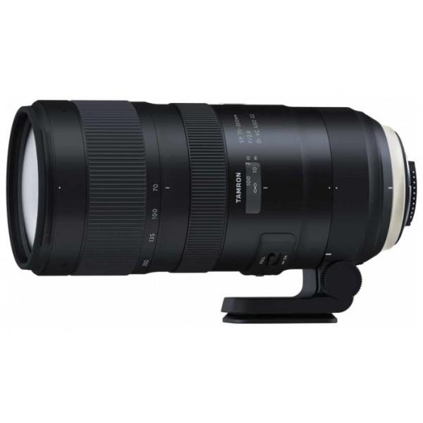 Объектив Tamron SP AF 70-200mm f/2.8 Di VC USD G2 Nikon FРасширьте свое представление о светосильных телеобъективах. Новый телеобъектив SP 70-200mm F/2.8 G2 (модель A025) является переосмыслением популярной модели A009 и предлагает улучшенные оптические характеристики, усовершенствованную систему оптической стабилизации, более быструю и точную автофокусировку, а также уменьшенную минимальную дистанцию фокусировки. Совместимость с телеконвертерами Tamron позволяет еще больше увеличить фокусное расстояние. Этот прочный, универсальный и отказоустойчивый объектив с инновационными технологиями серии SP пригодится в любой ситуации.<br><br>Высокое разрешение и красивый эффект боке. Каждый аспект зум-объектива SP 70-200mm F/2.8 G2 (модель A025) был улучшен, чтобы обеспечивать высокое качество изображения и еще более красивый эффект боке. Оптическая конструкция включает в себя элементы из стекла XLD (со сверхнизкой дисперсией) и LD (с низкой дисперсией) для устранения хроматических аберраций на всем диапазоне фокусных расстояний, что гарантирует оптимальное разрешение даже по краям кадра. Покрытие eBAND, разработанное специально для этого нового зум-объектива, обладает превосходными антиотражающими свойствами и сводит к минимуму блики и ореолы. Изысканный эффект размытия фона (боке) можно получить почти с любого угла съемки.<br><br>Минимальная дистанция фокусировки сокращена до 0,95 м. Улучшения в новом объективе SP 70-200mm F/2.8 G2 коснулись не только корпуса. Инженеры Tamron сократили минимальную дистанцию фокусировки с 1,3 м (в предыдущей модели) до 0,95 м. Максимальный коэффициент увеличения составляет 1:6,1. Более короткая минимальная дистанция фокусировки в сочетании с превосходными оптическими характеристиками нового зум-объектива, значительно расширяет творческие возможности фотографа.<br><br>Точность фокусировки. Ультразвуковой привод автофокуса кольцевого типа, наряду с двумя высокопроизводительными микропроцессорами, гарантирует превосходную скорость и точность ф