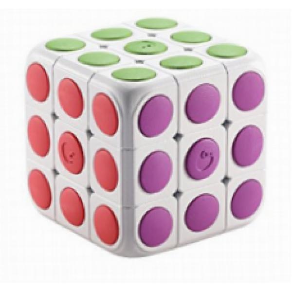 Кубик Рубика RooboКубик Рубика с элементами дополненной реальности для детей. Работает совместно с приложением, которое можно скачать бесплатно на Google Play и в App Store. Кубик сканируется, после чего появляется на экране в точности такой же, как у Вас в руке. Приложение пошагово расскажет, как собрать Кубик, а также обучит основным принципам сборки. Игра подойдет как для новичков, так и для продвинутых пользователей.<br>