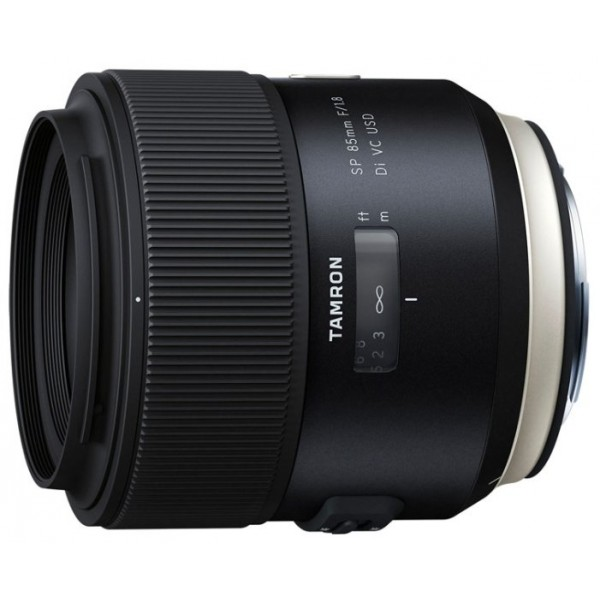 Объектив Tamron SP AF 85mm f/1.8 Di VC USD (F016E) Canon EFПервый в мире светосильный 85-мм объектив с системой VC (система подавления вибраций). Система Tamron VC позволяет создавать снимки без использования штатива при низкой освещенности или ночью. В оптической схеме используется одна низкодисперсная (LD) линза и одна сверхнизкодисперсная (XLD) линза для минимизации цветных ореолов и обеспечения четкого изображения с точной цветопередачей. Объектив также обладает красивым эффектом боке, привлекающим внимание к основному объекту съемки. Кроме того, объектив получил защиту от проникновения влаги, а очень стойкое фтористое покрытие, нанесенное на поверхность верхнего элемента, предотвращает образование конденсата и накопление грязи.<br><br>Вес кг: 0.70000000
