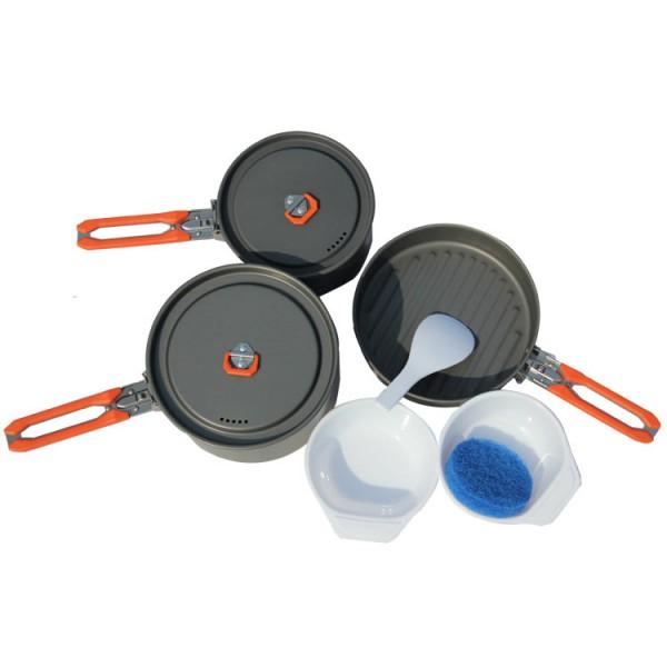 Набор посуды алюминиевый Fire-Maple Feast 3 на 2-3 человекЕсли вы хотите приготовить 3 разных блюда и суп в походе, но в то же время не хотите нести много посуды, набор FEAST 3 - ваш оптимальный выбор. Притом, что набор очень компактен и легок, решена главная задача - это удобство в эксплуатации. Новая полноценная ручка с фиксатором позволяет удобно держать посуду при готовке, а при нажатии кнопки фиксатора позволяет сложить ручку и собрать набор в компактный вид для экономии пространства при хранении и транспортировки. Ручка выполнена из приятного на ощупь теплоизолирующего материала. В набор входят: 1 большой котелок - Ф168х98 мм/1,7 л, 1 маленький котелок - Ф146х75 мм/1 л, 1 сковорода - Ф194х45 мм/0,8 л, 2 пластиковые миски, 1 губка для мытья посуды и 1 лопатка. Набор поставляется с сетчатым нейлоновым мешочком для транспортировки и хранения.<br><br>Вес кг: 0.80000000