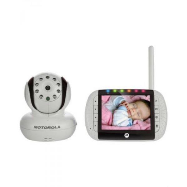 Видеоняня Motorola MBP36SMotorola МВР36 S- удобная в использовании радионяня для проверки состояния комнаты малыша, которая позволяет не только видеть малыша, но и общаться с ним, благодаря удобной функции двухсторонней связи. С помощью функции VOX, фоновые шумы отсекаются, и радионяня реагурует только на звуки ребенка. Родительский блок крепится на поясе или ставится в специальную подставку. При низком заряде Motorola МВР36 издает оповещающий сигнал. Motorola МВР36 оснащена хорошей камерой, позволяющей делать фотоснимки в темноте на расстоянии до 5-ти метров. Также в Motorola МВР36 можно подключить четыре камеры и одновременно и получать с них снимки. Также радионяня имеет возможность подключить родительский блок к компьютеру или телевизору и получать изображения с них.<br>