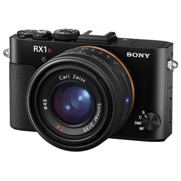 Компактный фотоаппарат Sony Cyber-shot DSC-RX1RM2Полный кадр. Компактный размер.<br><br>Эта цифровая компактная камера оснащена 42,4?мегапиксельной1 35-мм полнокадровой матрицей и обеспечивает более высокое качество съемки в любой ситуации.<br><br>В компактной камере RX1R II установлены объектив с фиксированным фокусным расстоянием и полнокадровая CMOS-матрица нового уровня c разрешением 42,4 мегапикселя1 и усовершенствованной системой обработки изображения. Быстрая автофокусировка, выдвижной электронный видоискатель и первый в мире2 оптический перестраиваемый фильтр низких частот — еще одно подтверждение, что сверхсовременные функциональные возможности могут сочетаться с компактным размером и удобным управлением.<br><br>Вес кг: 0.50000000