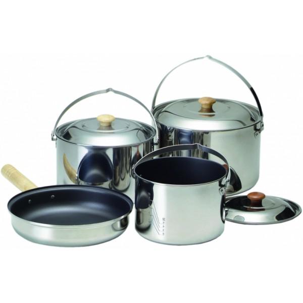 Набор посуды Kovea KK8CW0301 туристическийТуристический набор посуды для 6-7 человек выполнен из высококачественной нержавеющей стали. Поставляется в удобном нейлоновом чехле с ручками. Набор посуды – удачный выбор для тех, кто даже на природе не может отказать себе в удовольствии готовить в высококачественной посуде.<br><br>В наборе нет ничего лишнего. Только три кастрюли и сковорода. Набор посуды не будет надоедать вам необходимостью выкладывать и упаковывать для транспортировки множество мелких предметов. Кастрюли из толстой нержавейки не имеют пластмассовых частей, не деформируются от температуры, легко моются, и пища в них меньше пригорает. Благодаря этому их можно ставить на угли и даже вешать над костром. Сковороду со съемной ручкой можно ставить как на угли, так и в духовку.<br><br>Набор посуды сделает готовку приятнее и в кемпинге, и на рыбалке. А большая кастрюля дымящейся ухи с дымком, приготовленная на костре, сделает впечатления от поездки на природу еще ярче.<br><br>Вес кг: 2.70000000