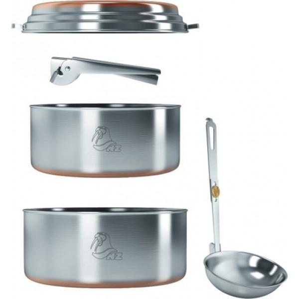 Набор посуды 2-3 перс. NZ SS-083 (нерж.)Туристический набор посуды для готовки на примусах и горелках, состоящий из двух кастрюль с общей крышкой-сковородкой. Это, пожалуй, самый оптимальный и легкий набор для 2-3 человек. Дно кастрюли и крышки для лучшей теплопроводности покрыто медным напылением. В комплекте с набором идет складной половник и прихватка для кастрюль. Весь набор компактно складывается в большую кастрюлю и для транспортировки упаковывается в нейлоновый чехол.<br><br>Вес кг: 0.80000000