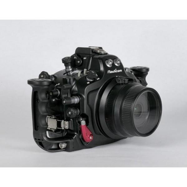 Nauticam Подводный бокс для Nikon D300sПодводный бокс Nauticam NA-D300s  изготовлен из твердого алюминиевого сплава с обработкой поверхности глубоким анодированием. Толщина покрытия позволяет использовать бокс в самых жестких условиях съемок.  Ергономичный дизайн корпуса был удачно определен в первых моделях боксов. И бокс для D300s продолжает эту линию. Элементы управления расположены на боксе таким образом, что позволяют работать с основными фунциями камеры не снимая рук с рукояток. Необходимо особо отметить как удобно выполнено включение/выключение режима видеосъемки, – с помощью большого рычага на правой стороне бокса, непосредственно для управления пальцем правой руки. Уникальная запатентованная система фиксации портов является наиболее обсуждаемой новинкой с момента запуска в производство первого бокса Nauticam. Эта система также является одним из важных достоинств бокса NA-D300S. Компания производит также достаточный выбор удлинительных колец, чтобы обеспечить возможность эффективного использования всевозможных портов и объективов с боксом. Каждый экземпляр бокса для подводной съемки перед отправкой с производства тестируется в воде, в камере под давлением соответствующим глубине 100м. Подводные фотографы могут выбрать тип синхронизации вспышек. Имеется возможность подключать вспышки электрическим кабелем к 5-контактному гнезду на боксе (стандарт Nikonos-5), либо воспользоваться оптическими кабелями Nauticam, подключаемыми к двум оптическим разъемам. Использование оптических кабелей позволяет без дополнительных устройств обеспечивать реальный оптический Nikon-TTL для подводных вспышек Inon (режим S-TTL), а также Sea&amp;Sea (режим DS-TTL).<br>