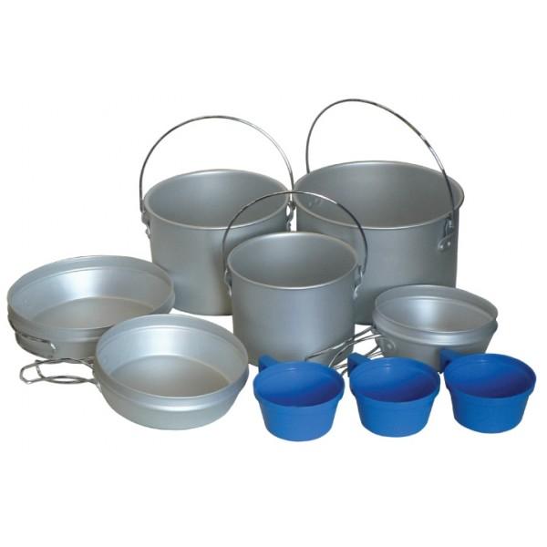Набор посуды Tramp TRC-002Набор посуды Tramp TRC-002 подойдет для различного отдыха на природе, будь то кемпинговый отдых или многодневный поход. Набор состоит из 3-х котелков, 3-х крышек-сковородок и 3-х пластиковых кружек, все это очень компактно собирается друг в друга и упаковывается в мешочек. Котелки имеют плоское дно и ручку, их можно ставить как на туристическую горелку, так и подвешивать над костром. Весь набор рассчитан на компанию из трех-четырех человек. В зависимости от вида вашего отдыха и количества людей вы можете брать с собой только необходимую посуду из набора, а остальное оставит дома. Если вы собрались в пеший или любой другой поход, рекомендуем пластиковые кружки оставить дома, а с собой взять металлические. Пластиковые кружки можно легко сломать, проколоть или прожечь и в итоге остаться без кружки где- то посреди гор или леса, металлические кружки в этом плане более надежные, нужно постараться, что бы их привести в негодность.<br><br><br>котелок 2,9 л, с дужкой, крышка-сковородка со складными ручками<br><br>котелок 1,9 л, с дужкой, крышка-сковородка со складными ручками<br><br>котелок 1,2 л, с дужкой, крышка-сковородка со складными ручками<br><br>пластмассовые кружки 3 шт<br><br>Вес кг: 0.90000000