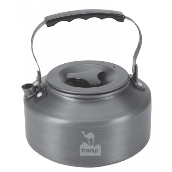 Чайник Tramp TRC-036 походный алюминиевыйПлоская форма позволяет быстро нагреть воду, складная ручка и небольшой вес делают чайник удобным для транспортировки.<br>