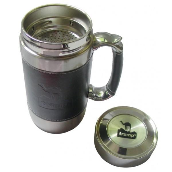 Кружка Tramp TRC-046Термокружка из нержавеющей стали имеет двойные стенки и плотно прилегающую крышку. Это предотвращает быстрое остывание горячего напитка и нагревание холодного - напиток долго сохранит нужную температуру. Имеется сеточка для удобного заваривания чая. Ручка отделана кожей. Кружку удобно и приятно держать, невозможно обжечься. Имеет стильный дизайн: корпус и ручка отделаны темной кожей. Кружку можно использовать в самых разных ситуациях: на пикнике, в офисе или дома<br>
