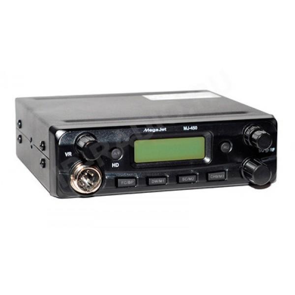 Радиостанция Megajet MJ-450 автомобильнаяАвтомобильная Си-Би радиостанция MegaJet MJ-450 - выполнена с упрощённым интуитивно понятным управлением и минимальными отличиями от своего старшего брата MJ-650. Она работает в широкой полосе частот от 25,615 до 28,305 МГц с выходной мощностью до 10 Ватт.<br><br>В рации установлен специальный регулятор чувствительности приёмника, организована удобная функция переключения режимов нулей и пятёрок одной кнопкой RU, доступно сохранение трёх энергонезависимых каналов памяти для быстрого доступа к ним.<br><br>Рация Megajet MJ-450 обеспечивает громкий, четкий звук благодаря динамику мощностью 3 Вт.<br>