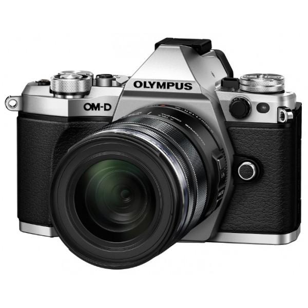 Фотоаппарат Olympus OM-D E-M5 Mark II Kit 14-42 EZ Silver со сменной оптикойЛучший в мире стабилизатор изображения идеально подходит для съемки четких фотографий и видеороликов при недостаточном освещении и без штатива. Вперед, назад, вправо, влево...куда бы не двигалась камера, встроенный 5-осевой стабилизатор предотвратит появление размытий. Он даже позволит получать четкую картинку в видоискателе для точного кадрирования.<br><br>Уникальная технология OLYMPUS, позволяющая вам задать камере произвести серию снимков с небольшим смещением точки фокусировки, чтобы вы могли тонко управлять фокусировкой и получить великолепные макроснимки и крупные планы.<br><br>Новая функция синхронизации звука автоматически синхронизирует звук со встроенного микрофона камеры со звуком, записанным на диктофон OLYMPUS LS-100 для обеспечения идеального звучания всех ваших видеозаписей.<br><br>LCD-дисплей можно повернуть под любым углом, и вы сможете снимать невероятные видео. Управляйте микрофоном и таймером с дисплея или воспользуйтесь цифровым уровнем.<br><br>Чем выше разрешение, тем лучше отображаются мелкие детали. Поэтому камера E-M5 Mark II поддерживает разрешение снимков до 40 Мп. Сделайте 9 последовательных снимков и объедините их в один. Этот способ идеален для фотографирования предметов искусства, пейзажей и многого другого!<br><br>олный контроль над съемкой: управляйте камерой удаленно и без проводов с помощью смартфона. Благодаря поддержке Wi-Fi камерой E-M5 Mark II, вы можете выставить светосилу, скорость затвора и иные настройки без необходимости прикасаться к камере. Используйте приложение OLYMPUS Image Share для телефона и мгновенно загружайте фото в социальные сети.<br><br>Откройте для себя компактную систему объективов, которая подарит вам свободу: система OLYMPUS Микро 4/3, которая насчитывает более 40 объективов. Многие из них защищены от пыли, брызг и низких температур. Великолепное начало вашей художественной истории, от макро и широкоугольных фотографий до телесъем