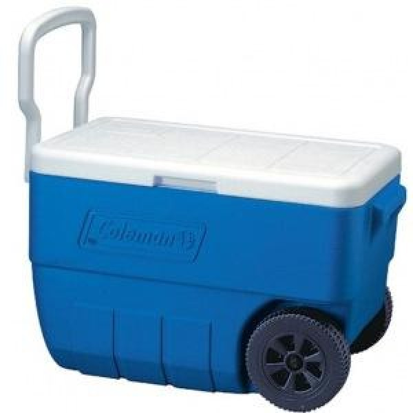 Контейнер изотермический Coleman Cooler 50 QT Wheeled BlueИзотермический контейнер 48 л. 7 колеса и удлиненная ручка для удобства перевозки. Вмещает 64 банки 0,33 л, а также бутылки 2 л. Сделано в США.<br>