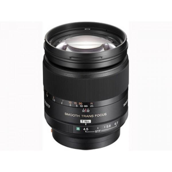 Объектив Sony 135mm f/2.8 [T4.5] STF (SAL-135F28)Телеобъектив с режимом перехода фокуса (Trans Focus) с фокусным расстоянием 200 мм (35 мм экв.) и специальными оптическими элементами, которые обеспечивают исключительно мягкий переход от зоны в фокусе к размытию<br><br>Аподизационный оптический элемент распределяет лучи света так, чтобы размытый фон сильно контрастировал с объектами в фокусе<br><br>Широкое фокусировочное кольцо и ручное кольцо диафрагмы обеспечивают дополнительный контроль над областью кадра, которая находится вне фокуса<br>