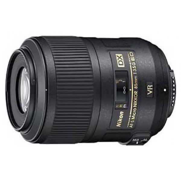 Объектив Nikon 85mm f/3.5G ED VR DX AF-S Micro-NikkorВысококачественный объектив для работы с цифровыми камерами, предназначенный для макросъемки и других жанров (портрет, репортаж и др.) Компактная конструкция, 4-ступенчатый оптический стабилизатор, скругленная 9-лепестковая диафрагма, низкодисперсионный элемент, внутренняя фокусировка, ультразвуковой привод автофокуса, съемка в масштабе 1:1, минимальная дистанция фокусировки 28 см.<br><br>Вес кг: 0.40000000