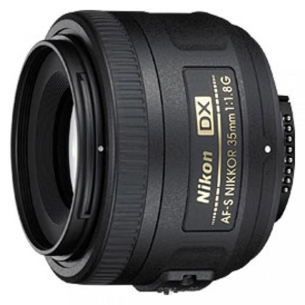 Объектив Nikon 35mm f/1.8G AF-S DX NikkorNikon 35mm f/1.8G AF-S DX Nikkor Стандартный объектив с постоянным ФР, крепление Nikon F, для неполнокрадровых фотоаппаратов, автоматическая фокусировка, минимальное расстояние фокусировки 0.3 м, размеры (DхL): 70x52.5 мм, вес: 200 г<br><br>Вес кг: 0.30000000