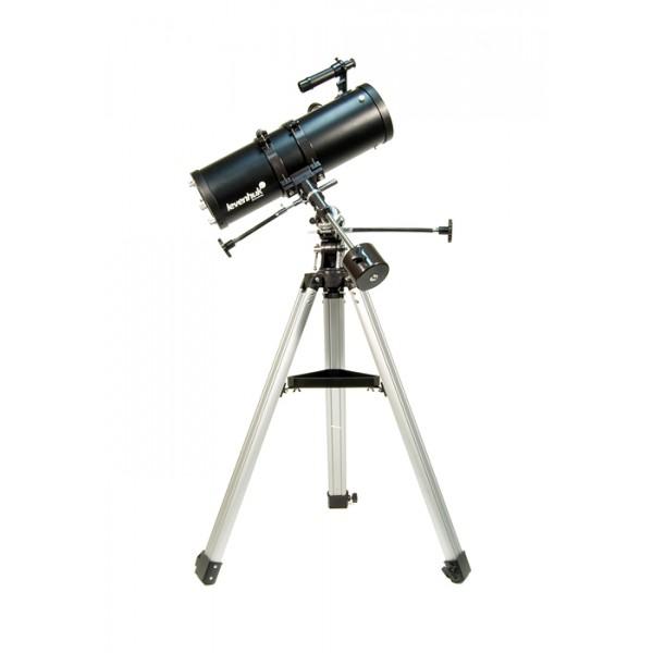 Телескоп Levenhuk Skyline 120x1000 EQLevenhuk Skyline 120х1000 EQ – это зеркальный телескоп, выполненный по схеме рефлектора Ньютона. Зеркала не имеют искажений цветопередачи – хроматической аберрации, особенно заметной на границах ярких объектов при наблюдениях через обычный линзовый телескоп. Большое фокусное расстояние делает этот рефлектор особенно привлекательным для наблюдений планет, лунной поверхности, двойных звезд. В то же время, 114-мм зеркало телескопа собирает достаточно света (в 2,25 раз больше, чем 76-мм), чтобы успешно наблюдать подробности в ярких объектах далекого космоса. Кроме того, такое зеркало позволит попробовать себя в астрофотографии. Экваториальная монтировка удачно дополняет универсальную трубу, и этот комплект можно смело рекомендовать начинающим любителям астрономии как основной инструмент.<br>