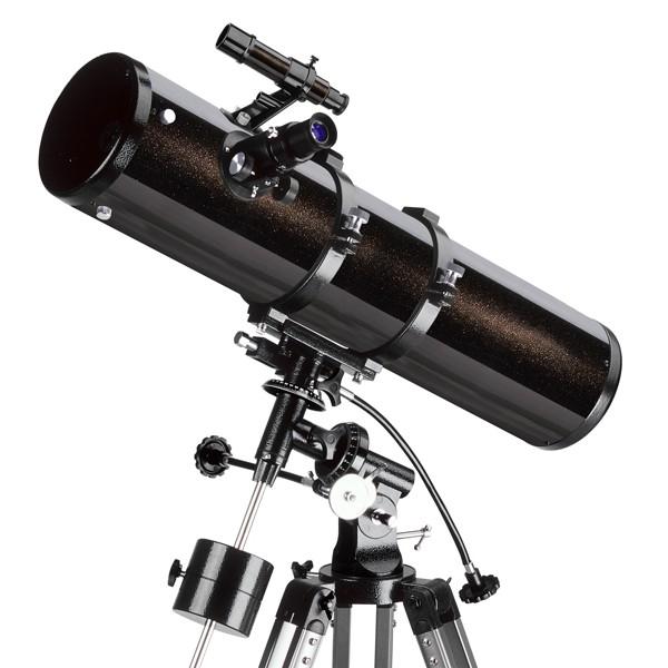 Телескоп Levenhuk Skyline 120x1000 EQТелескоп Levenhuk Skyline 130х900 EQ – это рефлектор Ньютона, сочетающий сравнительно небольшие габариты трубы и большую апертуру. В первую очередь, его можно рекомендовать наблюдателям, занимающимся в основном поиском и наблюдением тусклых объектов близкого и далекого космоса – комет, туманностей, галактик, звездных скоплений. Впрочем, благодаря сравнительно большому фокусному расстоянию и отсутствию хроматической аберрации (искажений цветопередачи), телескоп не разочарует и при наблюдении деталей на дисках планет и подробностей лунной поверхности. Экваториальная монтировка телескопа позволит удобно сопровождать суточное движение объекта. При этом телескоп остается достаточно легким и небольшим по размерам, чтобы не быть обременительным при автомобильном выезде под темное и прозрачное загородное небо.<br>
