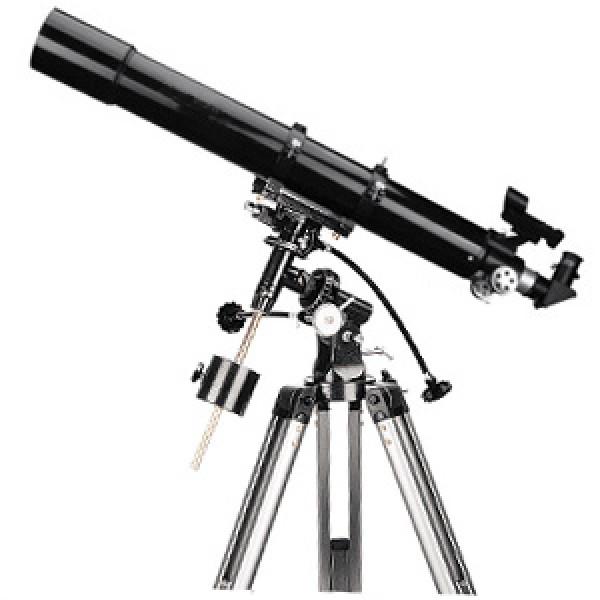Телескоп Levenhuk Skyline 90х900 EQLevenhuk Skyline 90х900 EQ – это линзовый телескоп (рефрактор), дающий контрастное и четкое изображение с минимальным уровнем хроматической аберрации. Это сравнительно универсальный инструмент, способный показать как детали на дисках планет и Луны, так и самые примечательные из туманностей и звездных скоплений. Его 90-мм объектив собирает в 160 раз больше света, чем невооруженный глаз, делая доступными звезды 11,8 звездной величины. Экваториальная монтировка и максимальное полезное увеличение в 180 крат позволяют рекомендовать этот телескоп не только начинающим, но и опытным наблюдателям, в качестве сравнительно транспортабельного и мощного инструмента.<br>