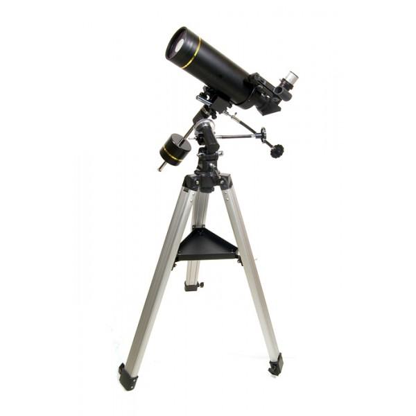 Телескоп Levenhuk Skyline PRO 80 MAKLevenhuk Skyline PRO 80 MAK – «младшая» модель профессиональной серии телескопов Skyline PRO, выполненная на основе зеркально-линзовой системы Максутова-Кассегрена. Такие телескопы отличает компактность трубы и высокое качество передаваемых изображений. В большей степени модель ориентирована на наблюдения далеких космических объектов, таких как скопления и двойные звезды, туманности и галактики. Впрочем, любитель планетных исследований также будут приятно удивлены возможностями 80-мм объектива. Прибор установлен на устойчивую экваториальную монтировку немецкого типа. Levenhuk Skyline PRO 80 MAK – прекрасный инструмент для «полевых» загородных исследований, малый вес и компактные размеры без труда позволят вам взять его с собой для наблюдений под темным загородным небом.<br>