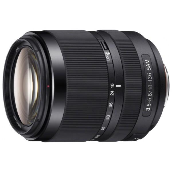 Объектив Sony DT 18-135mm f/3.5-5.6 SAM (SAL-18135)Sony SAL18135. Телеобъектив с зумом 18-135 мм F3.5-5.6 G SAM Удобная переноска и отличный баланс: идеально подходит для путешествий, уличной фотографии, фотографии в помещениях и ежедневной съемки. Высококачественный оптический дизайн, включая два асферических элемента объектива и один стеклянный элемент со сверхнизкой дисперсией. Тихий, высокоскоростной привод автофокуса с плавным приводом автофокусировки SAM.<br><br>Вес кг: 0.50000000