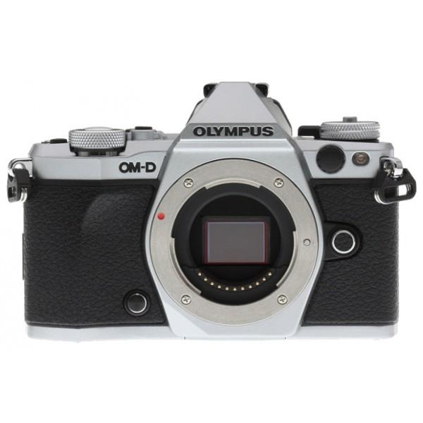 Фотоаппарат Olympus OM-D E-M5 Mark II Body Silver со сменной оптикойФотоаппарат Olympus OM-D E-M5 Mark II. Лучший в мире стабилизатор изображения идеально подходит для съемки четких фотографий и видеороликов при недостаточном освещении и без штатива. Вперед, назад, вправо, влево...куда бы не двигалась камера, встроенный 5-осевой стабилизатор предотвратит появление размытий. Он даже позволит получать четкую картинку в видоискателе для точного кадрирования.<br><br>Уникальная технология OLYMPUS, позволяющая вам задать камере произвести серию снимков с небольшим смещением точки фокусировки, чтобы вы могли тонко управлять фокусировкой и получить великолепные макроснимки и крупные планы.<br><br>Новая функция синхронизации звука автоматически синхронизирует звук со встроенного микрофона камеры со звуком, записанным на диктофон OLYMPUS LS-100 для обеспечения идеального звучания всех ваших видеозаписей.<br><br>LCD-дисплей можно повернуть под любым углом, и вы сможете снимать невероятные видео. Управляйте микрофоном и таймером с дисплея или воспользуйтесь цифровым уровнем.<br><br>Чем выше разрешение, тем лучше отображаются мелкие детали. Поэтому камера E-M5 Mark II поддерживает разрешение снимков до 40 Мп. Сделайте 9 последовательных снимков и объедините их в один. Этот способ идеален для фотографирования предметов искусства, пейзажей и многого другого!<br><br>олный контроль над съемкой: управляйте камерой удаленно и без проводов с помощью смартфона. Благодаря поддержке Wi-Fi камерой E-M5 Mark II, вы можете выставить светосилу, скорость затвора и иные настройки без необходимости прикасаться к камере. Используйте приложение OLYMPUS Image Share для телефона и мгновенно загружайте фото в социальные сети.<br><br>Откройте для себя компактную систему объективов, которая подарит вам свободу: система OLYMPUS Микро 4/3, которая насчитывает более 40 объективов. Многие из них защищены от пыли, брызг и низких температур. Великолепное начало вашей художественной истории, от макро и широко