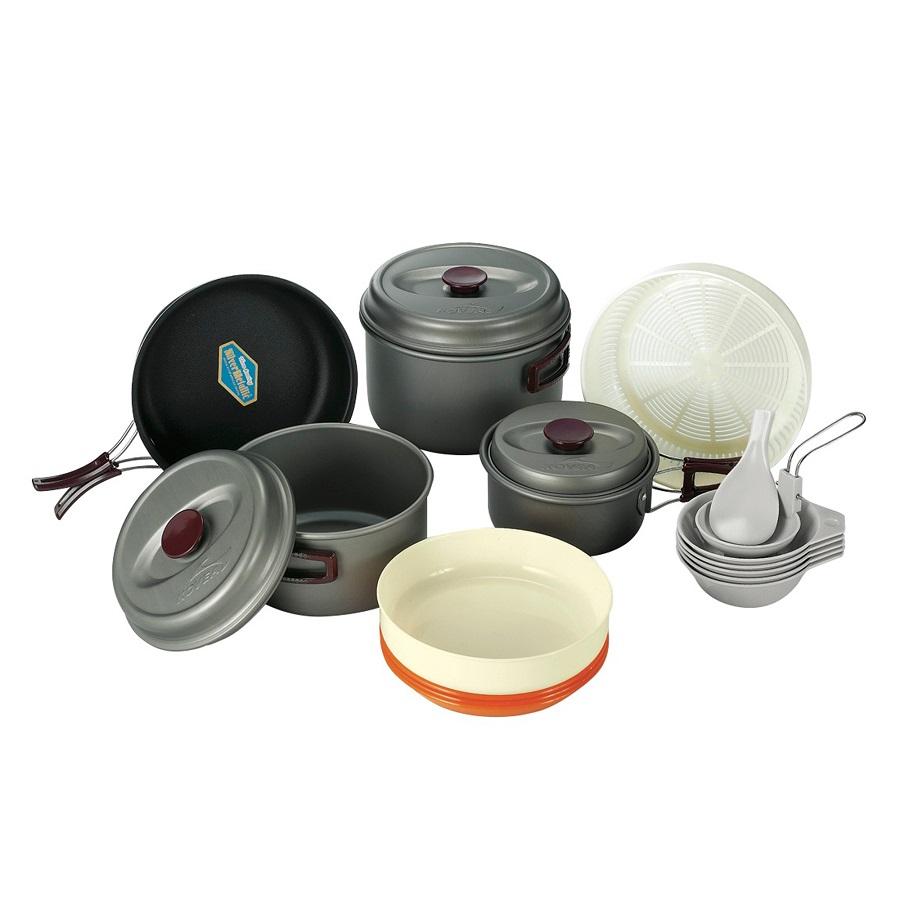 Набор посуды Kovea KSK-WH56Набор легкой походной посуды из алюминия , рассчитанный на пять - шесть человек. Набор состоит из трех кастрюлек объемом 2.8 литра, 1.8 литра и 1 литр, удобной сковороды, 3 тарелок, 5 пиал, лопатки, складного половника, корзины для овощей.<br><br>Вес кг: 1.60000000