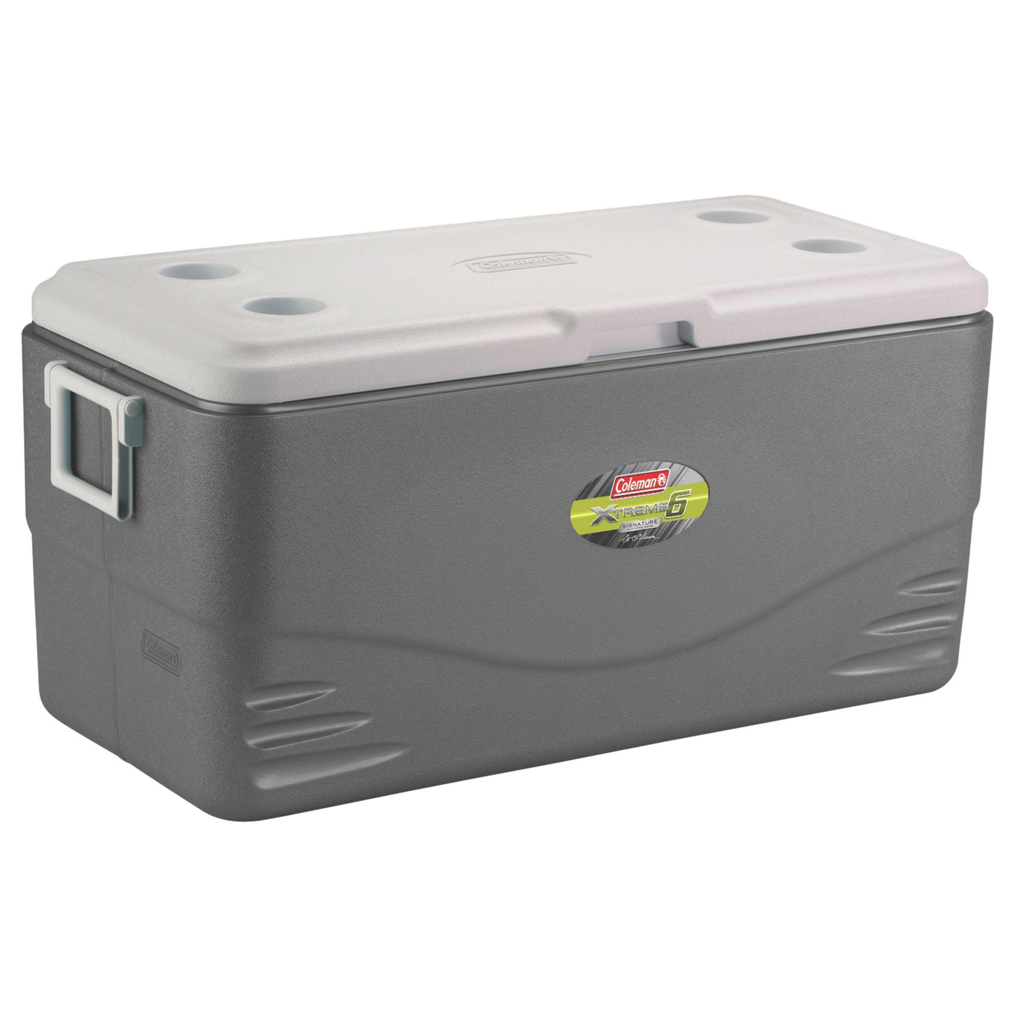 Контейнер изотермический Coleman 82QT Xtreme серыйИзотермический контейнер Coleman 82QT Xtreme артикул производителя 3000001147 - большой и вместительный универсальный термоконтейнер.<br><br>Его полезный объем составляет 77.6 л, что дает возможность без проблем вместить внутри до 129 банок напитка по 0.33 л, высота контейнера позволяет вертикально располагать двухлитровые бутылки.<br><br>В крышке термоконтейнера Coleman есть дополнительная изоляция, вместе с аккумуляторами холода изотермический контейнер Coleman 82QT способен сохранять прохладу внутри контейнера до 6-ти суток.<br><br>Вес кг: 0.60000000