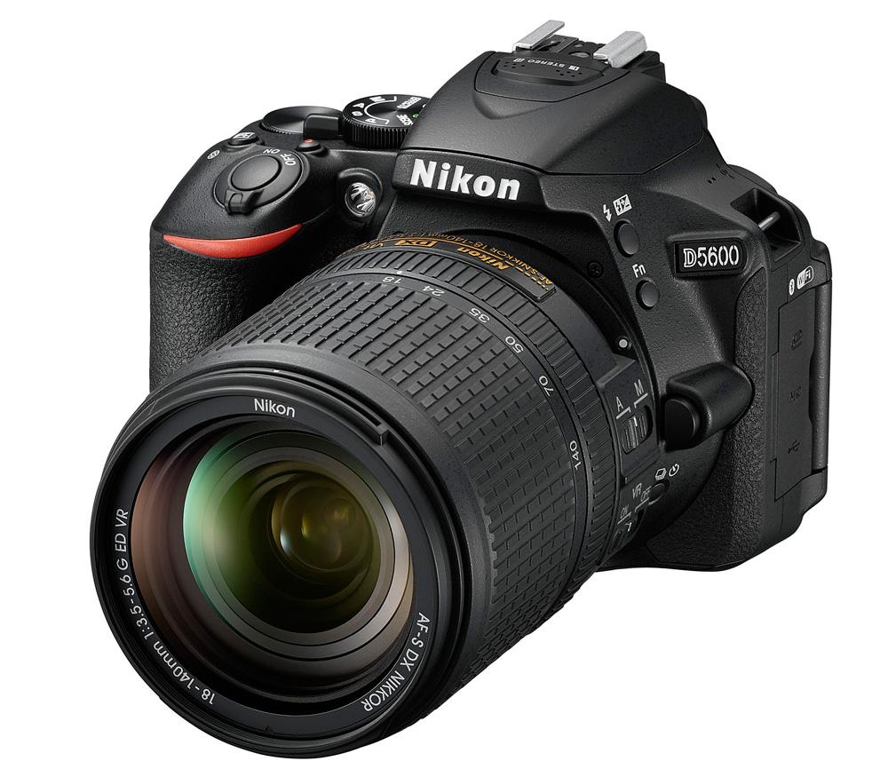 Фотоаппарат Nikon D5600 Kit 18-140 AF-S VR зеркальныйСледуйте за своим вдохновением, вооружившись фотокамерой D5600 с постоянным подключением. Неожиданный миг красоты. Эффектный видеоролик цейтраферной съемки. Возможно, вас заворожила волшебная игра теней в яркий солнечный день или вам удалось снять видеоролик с необычного ракурса — мало что может сравниться с тем удивительным трепетом, который охватывает в процессе творчества. Благодаря передовым технологиям обработки изображений от компании Nikon фотокамера D5600 способна творить настоящие чудеса. Она поможет вам реализовать самые смелые идеи. Широкий выбор легендарных объективов NIKKOR означает, что у вас всегда найдутся средства для воплощения любых творческих замыслов. А приложение Nikon SnapBridge? позволяет синхронизировать изображения с интеллектуальным устройством по мере съемки или при желании легко передавать видеоролики.<br><br>Если вы принадлежите к числу фотографов, которые видят то, что недоступно другим, то качество изображения имеет для вас решающее значение. Фотокамера D5600, оснащенная большой матрицей формата DX с разрешением 24,2 млн пикселей, может четко воспроизводить тончайшие текстуры и создавать изображения с потрясающей детализацией. Ваши друзья и подписчики в социальных сетях увидят на каждом снимке именно то, что вы хотели показать. Диапазон чувствительности 100–25 600 единиц ISO и расширенная до 6400 единиц ISO чувствительность в режиме «Ночной пейзаж» позволяет с легкостью получать отличные результаты при недостаточной освещенности и сложных условиях освещения. Система обработки изображений EXPEED 4 обеспечивает превосходное понижение шума даже при высоких значениях чувствительности ISO. А благодаря широкому выбору сменных объективов NIKKOR вы сможете с легкостью создавать изображения с эффектно размытым фоном и богатыми тональными оттенками.<br><br>Подключитесь и в считанные секунды делитесь восхитительными изображениями, снятыми цифровой зеркальной фотокамерой. Революционное приложен