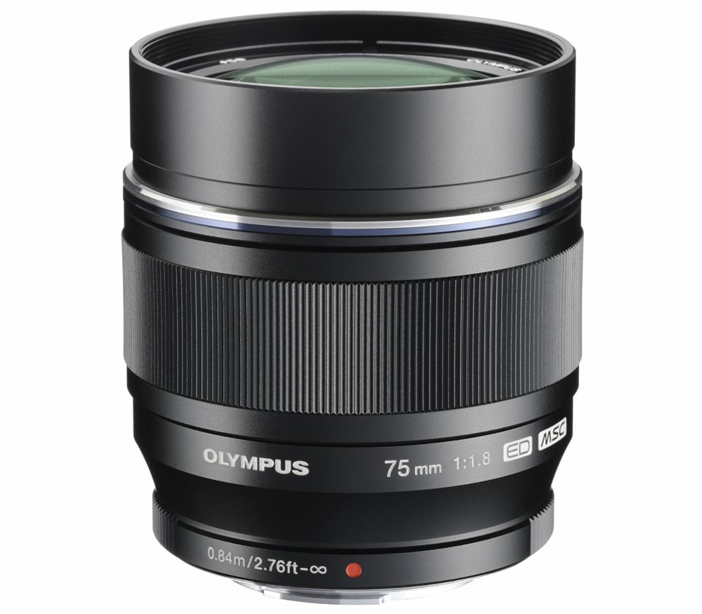 Объектив Olympus ED 75mm f/1.8 Black/SilverOlympus ED 75mm f/1.8 светосильный портретный объектив профессионального уровня. Фиксированное фокусное расстояние 75 мм эквивалентно 150 мм в формате 35 мм. Конструкция объектива состоит из 10 элементов в 9 группах, которые включают три линзы из низкодисперсного стекла (ED). Кроме того, оригинальное защитное покрытие линз ZERO (ZUIKO Extra-low Reflection Optical Coating) существенно снижает уровень нежелательных отражений. Благодаря 9-лепестковой диафрагме объектив рисует очень мягкое боке. Максимальное значение диафрагмы составляет F1.8, минимальное F22.<br><br>Точный и быстрый автофокус приводится в движение оригинальным MSC-мотором и обеспечивает комфортную фокусировку в любых условиях. Металлическое фокусное кольцо позволит комфортно фокусироваться на объекте в ручном режиме. Минимальная дистанция фокусировки 0.84 метра. Корпус объектива, выполненный из металла, собран с высочайшим качеством — какие-либо люфты органов управления отсутствуют полностью. Передняя часть объектива имеет резьбу для установки фильтров диаметром 58 мм. Масса объектива всего 305 гр.<br>
