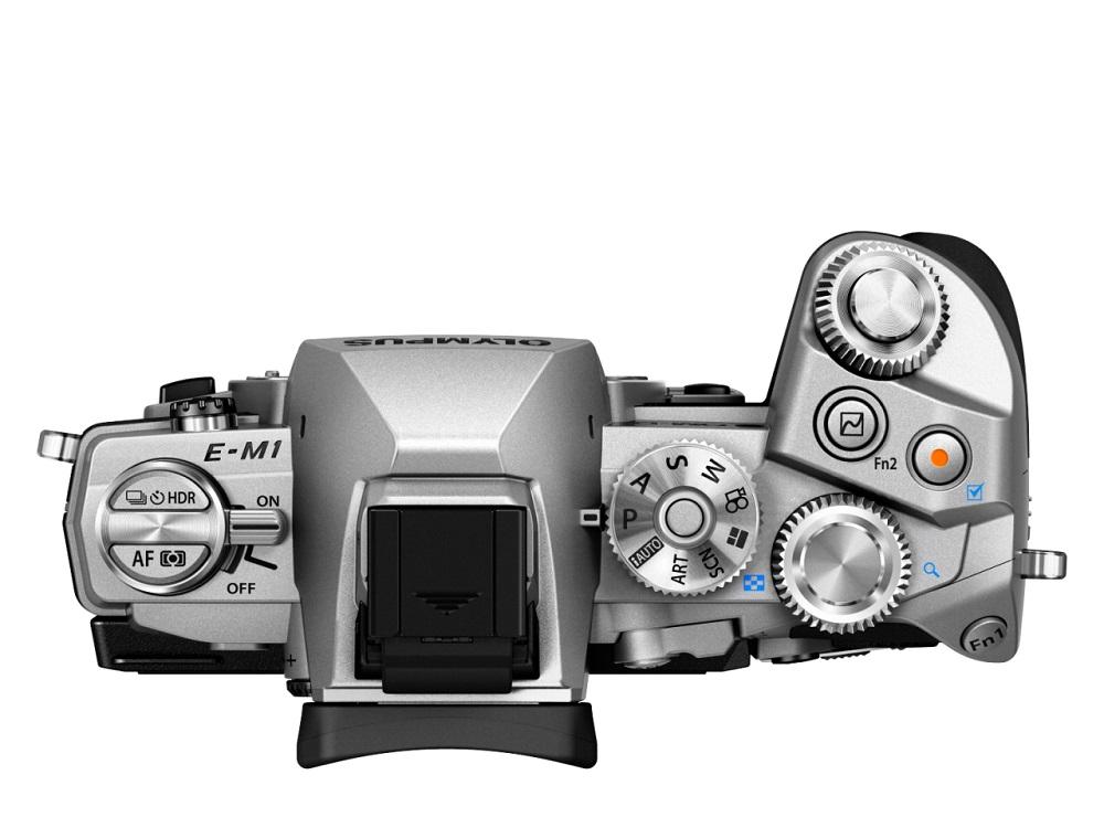 Фотоаппарат Olympus OM-D E-M1 Kit 12-50/3.5-6.3 Black/Silver со сменной оптикойКамера Е-М1 дарит вам свободу творчества — снимайте все, что только пожелаете, в безупречном качестве! Новая Е-М1 — самая продвинутая системная камера в мире. Эта модель создана по стандарту Микро 4/3 и оснащена самыми современными техническими решениями, а именно: улучшенным сенсором Live MOS и графическим процессором TruePic VII, совершенно новым и еще более быстрым автофокусом DUAL FAST AF, а также расширенными возможностями управления по Wi-Fi со смартфона. Все эти решения позволяют достигнуть непревзойденного качества изображения и поднимают камеры серии OM-D на совершенно новый уровень! Эти уникальные технические новинки заключены в великолепный компактный корпус, чья невесомость вас приятно удивит! Если подумать, новая Е-М1 превосходит зеркальные камеры как по компактности, так и по качеству снимков!<br><br>Вес кг: 0.70000000
