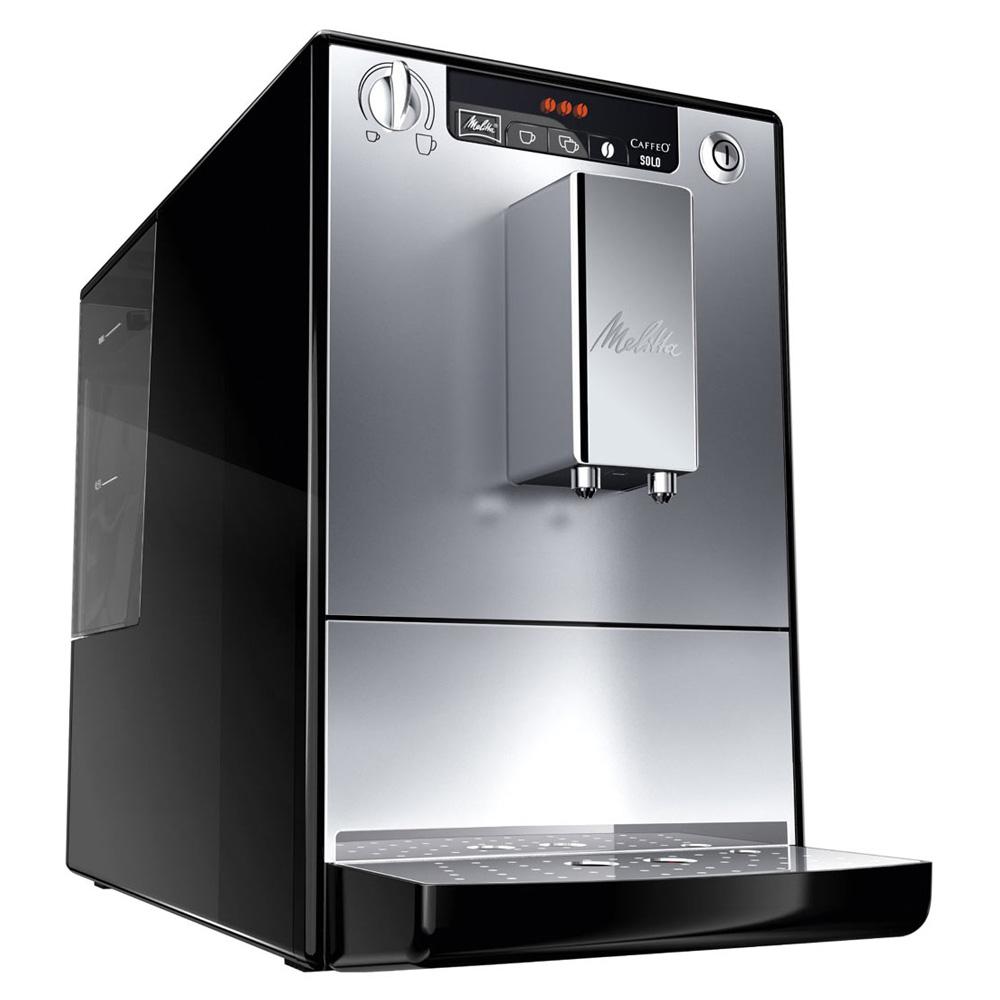 Кофемашина Melitta Caffeo Solo E950-103 SilverКофемашина Melitta Caffeo Solo E950-103 Silver. Простой дизайн, компактные размеры и легкость в управление. Все это для потрясающего удовольствия от кофе из цельных кофейных зерен с мягкой, бархатистой кофейной пенкой, которая тает на языке.<br><br>20 см шириной, 32,5 см высотой, 45,5 см глубиной - Melitta E 950 является одной из самых маленьких кофемашин в мире. И тем не менее она имеет достаточно места для высоких технологий Melitta для чистого наслаждения кофе.<br><br>Наслаждение без компромиссов: Вы выбираете крепость и температуру своего кофе. Кроме того, одним поворотом регулятора Вы также программируете количество кофе в соответствии с размером чашки.<br><br>Для того, чтобы Вы получили максимальное удовольствие, Melitta® E 950 использует функцию предварительного заваривания кофе. Для получения максимально ароматного кофе уже смолотый кофе, непосредственно перед завариванием, обдается водой. Для оптимальной очистки система легко вынимается.<br><br>При выключении до 0Вт Melitta E 950 прерывает подключение к электросети. Ваши личные настройки, разумеется, сохраняются. Эту функцию включения/выключения можно также запрограммировать, чтобы в заданное время подключение к электросети было автоматически прервано.<br><br>Вывод кофе регулируется по высоте до 135 мм для одной или двух чашек, кружек или стаканов для латте маккиатто.<br><br>Вес кг: 9.00000000