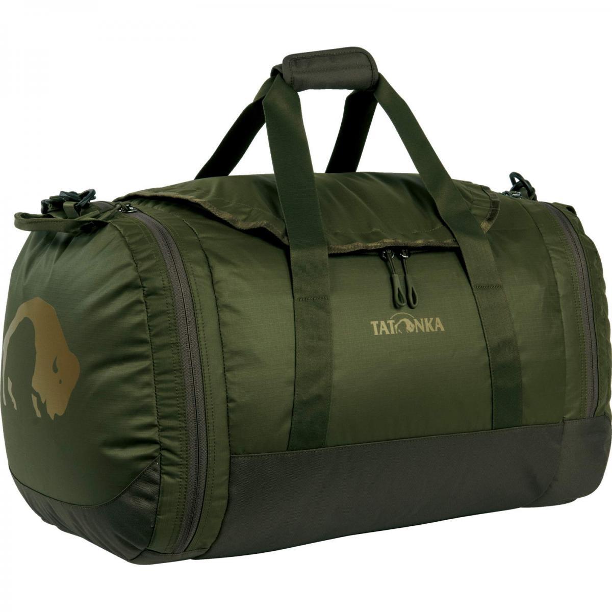 Сумка Tatonka Travel Duffle L oliveСумка Travel Duffle легко складывается в свой боковой карман, становится плоской и таким образом она компактно размещается в любом багаже. Сумка оснащена прочными ручками в центральной части и длинной ручкой на плечо. По бокам расположены два просторных кармана. При своем объеме в 55 литров сумка достаточно легкая (720г), но при это чрезвычайно прочная.<br><br><br>Съемная ручка через плечо<br><br>Боковые ручки<br><br>Во внутренней части - карман на молнии<br><br>Два боковых кармана на молнии<br><br>Крючок для ключей в боковом кармане<br><br>Возможность компактно сложить сумку<br><br>Размер в сложенном виде 34x35x8 см<br><br>Вес кг: 0.80000000