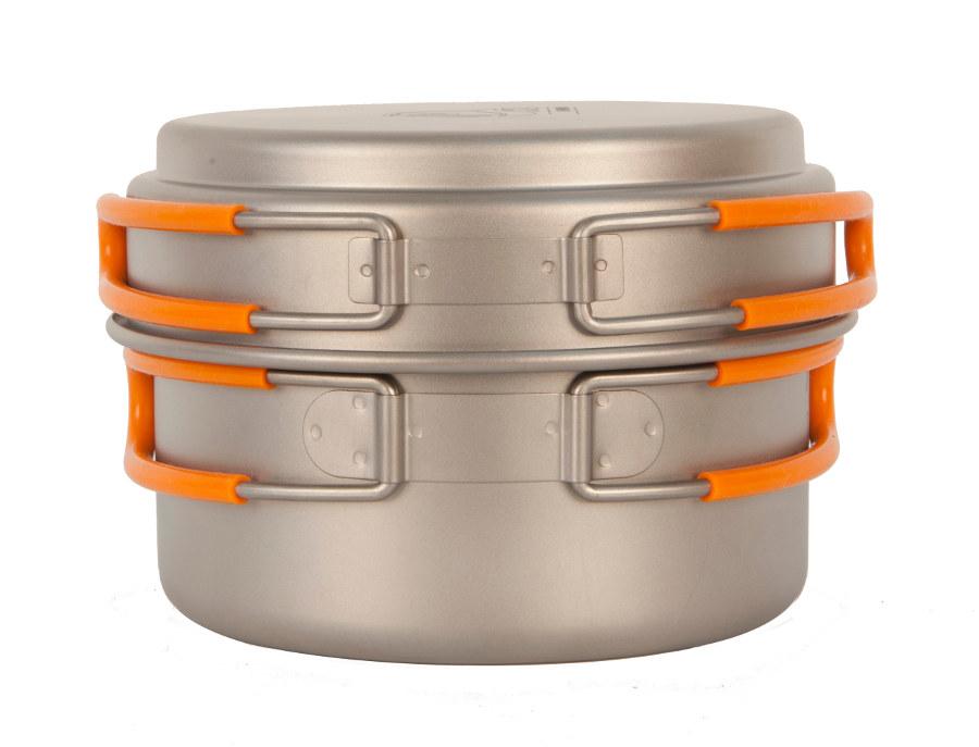 Кастрюля NZ TS-012 0,8л титановаяЛегкая кастрюля из титана с крышкой-сковородкой. Экологичность, минимальный вес и высокая прочность материала. Складные ручки покрыты огнеупорным силиконом. Совместимость по размеру со многими наборами посуды. Яркий и удобный чехол на затяжке.<br><br>Вес кг: 0.20000000