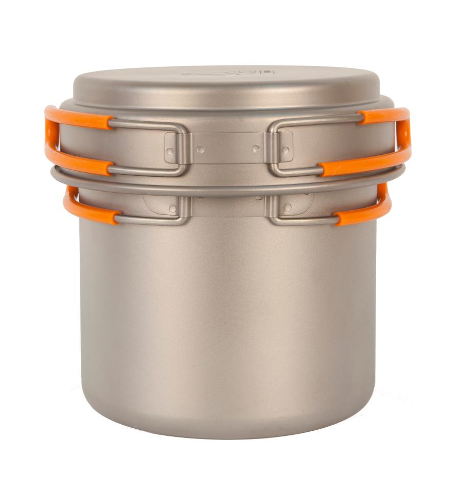 Кастрюля NZ TS-013 1,2л титановаяЛегкая кастрюля из титана с крышкой-сковородкой. Экологичность, минимальный вес и высокая прочность материала. Складные ручки покрыты огнеупорным силиконом. Совместимость по размеру со многими наборами посуды. Яркий и удобный чехол на затяжке<br><br>Вес кг: 0.20000000