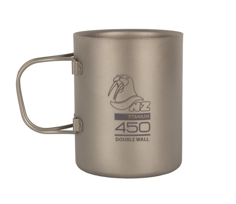 Термокружка NZ TMDW450FH 450мл титановаяДвустенная кружка из титана NZ TMDW-450FH Titanium Double Wall Mug 450 мл. Кружка не обжигает руки и губы, имеет минимальный вес, складные ручки из титана. Точные размеры: диаметр ?=85 мм, H=103 мм Все предметы титановой серии NZ, имеют большие возможности для составления комбинаций наборов посуды.<br><br>Вес кг: 0.15000000