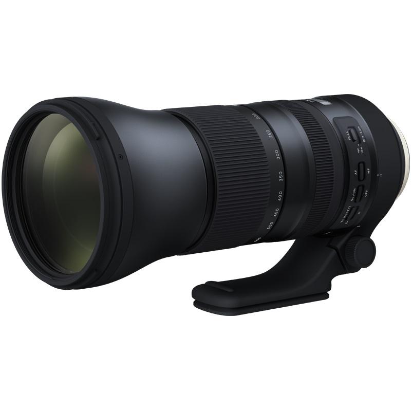 Объектив Tamron SP AF 150-600mm f/5-6.3 Di VC USD G2 Nikon FУльтра-телеобъектив SP 150-600мм G2 (2-го поколения) с улучшенными оптическими характеристиками идеально подходит для съемки с рук с высочайшим разрешением. Этот новый объектив создан на базе популярного объектива SP 150-600 мм (модель A011), которые были впервые представлены компанией Tamron в декабре 2013 года. Он обладает улучшенными оптическими характеристиками, имеет более высокую скорость автофокусировки, усовершенствованную систему оптической стабилизации (VC), фтористое покрытие, замок механизма зуммирования FLEX ZOOM LOCK и телеконвертер.<br><br>Полностью переработанный в соответствии со строгими стандартами качества и техническими требованиями к конструкции компании Tamron, этот новый зум-объектив сочетает в себе интеллектуальные технологии, отличные характеристики, высочайшее мастерство исполнения, долговечность и удобство использования.<br><br>Три линзы объектива с низкой дисперсией (LD) в модели SP 150-600мм G2 полностью компенсируют продольные и поперечные хроматические аберрации. Также обновлена оптическая конструкция (21 элемент в 13 группах).<br><br>Технологии защиты от отражений — покрытия eBAND (Extended Bandwidth &amp;amp; Angular-Dependency) и BBAR (Broad-Band Anti-Reflection) — повышают светопропускающую способность и компенсируют внутренние отражения, в том числе свет, отраженный от матрицы камеры. Поэтому даже при съемке фотографий в контровом или частично контровом свете полностью устраняются ореолы и блики от отраженного света.<br><br>Ряд дополнительных улучшений делает объектив еще более универсальным. Например, минимальная дистанция фокусировки (MOD) была сокращена до 2,2 м, и теперь с помощью телеобъектива можно получать великолепные фотографии в режиме макросъемки и достигать выразительного эффекта боке.<br><br>Эффективность оптической стабилизации (VC) в режиме VC MODE 3 эквивалентна 4,5 ступеням, в соответствии с уровнями эффективности стабилизации изображения, установленными