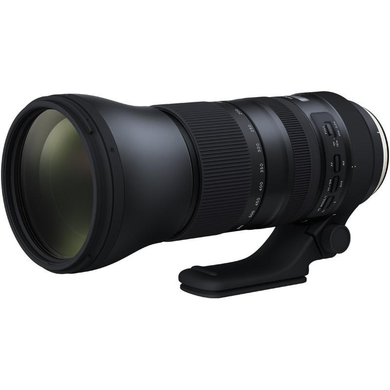 Объектив Tamron SP AF 150-600mm f/5-6.3 Di VC USD G2 Canon EFУльтра-телеобъектив SP 150-600мм G2 (2-го поколения) с улучшенными оптическими характеристиками идеально подходит для съемки с рук с высочайшим разрешением. Этот новый объектив создан на базе популярного объектива SP 150-600 мм (модель A011), которые были впервые представлены компанией Tamron в декабре 2013 года. Он обладает улучшенными оптическими характеристиками, имеет более высокую скорость автофокусировки, усовершенствованную систему оптической стабилизации (VC), фтористое покрытие, замок механизма зуммирования FLEX ZOOM LOCK и телеконвертер.<br><br>Полностью переработанный в соответствии со строгими стандартами качества и техническими требованиями к конструкции компании Tamron, этот новый зум-объектив сочетает в себе интеллектуальные технологии, отличные характеристики, высочайшее мастерство исполнения, долговечность и удобство использования.<br><br>Три линзы объектива с низкой дисперсией (LD) в модели SP 150-600мм G2 полностью компенсируют продольные и поперечные хроматические аберрации. Также обновлена оптическая конструкция (21 элемент в 13 группах).<br><br>Технологии защиты от отражений — покрытия eBAND (Extended Bandwidth &amp;amp; Angular-Dependency) и BBAR (Broad-Band Anti-Reflection) — повышают светопропускающую способность и компенсируют внутренние отражения, в том числе свет, отраженный от матрицы камеры. Поэтому даже при съемке фотографий в контровом или частично контровом свете полностью устраняются ореолы и блики от отраженного света.<br><br>Ряд дополнительных улучшений делает объектив еще более универсальным. Например, минимальная дистанция фокусировки (MOD) была сокращена до 2,2 м, и теперь с помощью телеобъектива можно получать великолепные фотографии в режиме макросъемки и достигать выразительного эффекта боке.<br><br>Эффективность оптической стабилизации (VC) в режиме VC MODE 3 эквивалентна 4,5 ступеням, в соответствии с уровнями эффективности стабилизации изображения, установленным